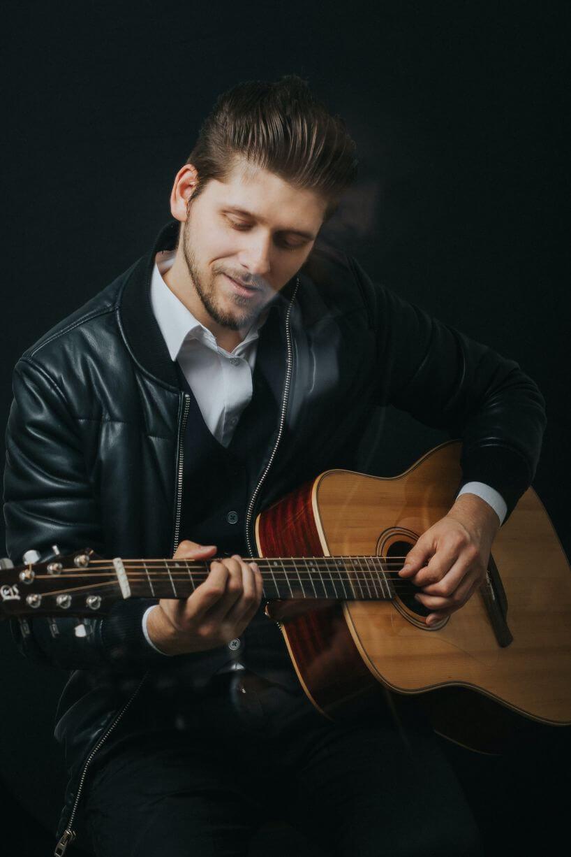 Chitarrista che suona con la mano sinistra
