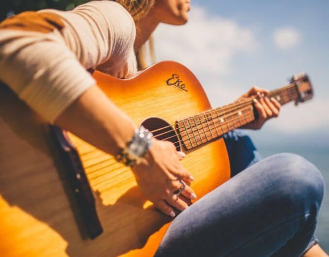 Suonatore chitarra acustica